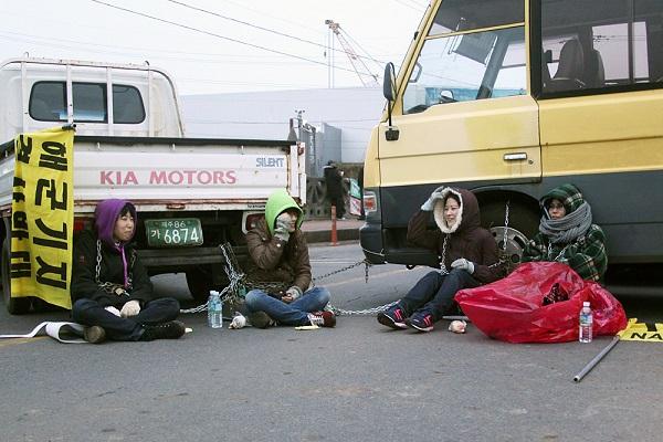 2012년 구럼비 바위를 발파하던 날, 화약을 막기 위해 자신의 몸에 쇠사슬을 묶은 평화활동가들