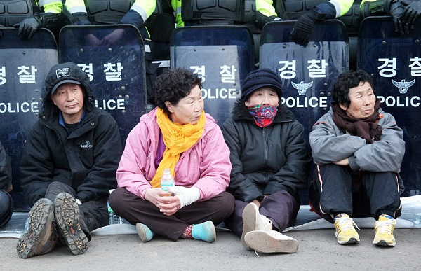 2012년 구럼비 바위를 발파하던 날, 화약을 막기 위해 나선 강정마을 주민들